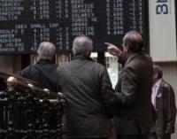El Ibex 35 sufre el castigo a media sesión y la prima de riesgo se mantiene en máximo a pesar de Grecia