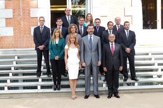 S.A.R. el Príncipe Don Felipe de Borbón entre la directora general de Madrid Excelente y vicepresidenta de de la Asociación Nacional de Centros Promotores de la Excelencia, Doña Alejandra Polacci,y su presidente, Don Remigio Carrasco, durante la audiencia esta mañana en el Palacio de la Zarzuela, junto a una delegación de la Asociación.