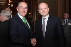 Ignacio Galán, presidente de Iberdrola recibe el premio de manos de del presidente de la Cámara de los Comunes y exministro de Asuntos Exteriores de Reino Unido, William Hague