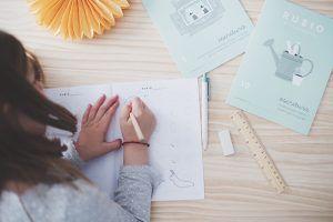 Niña trabajando con los Cuadernos Rubio