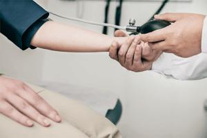 Trabajador realizando un chequeo médico
