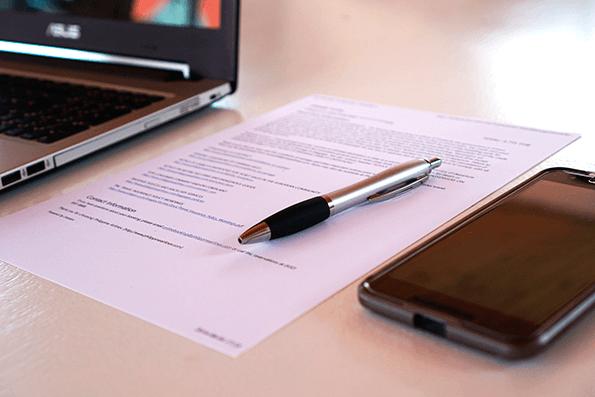 El smart contractno está escrito en lenguaje natural sino a través de un código digital.