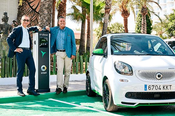 Los directivos de Enel y Mercedes Benz posan en un punto de recarga.