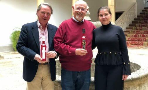 El escritor, Juan Eslava, diseña las nuevas etiquetas del Primer Día de Cosecha de Castillo de Canena