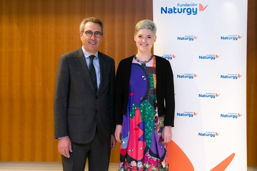 Amber Case posa junto a Martí Solà, director general de la Fundación Naturgy.