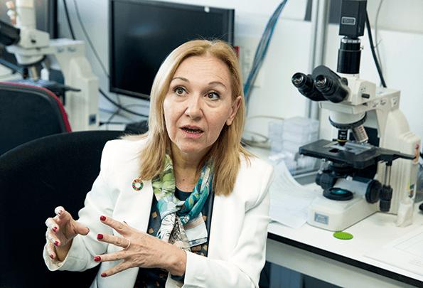 En el laboratorio con la Doctora Carmen Ayuso.