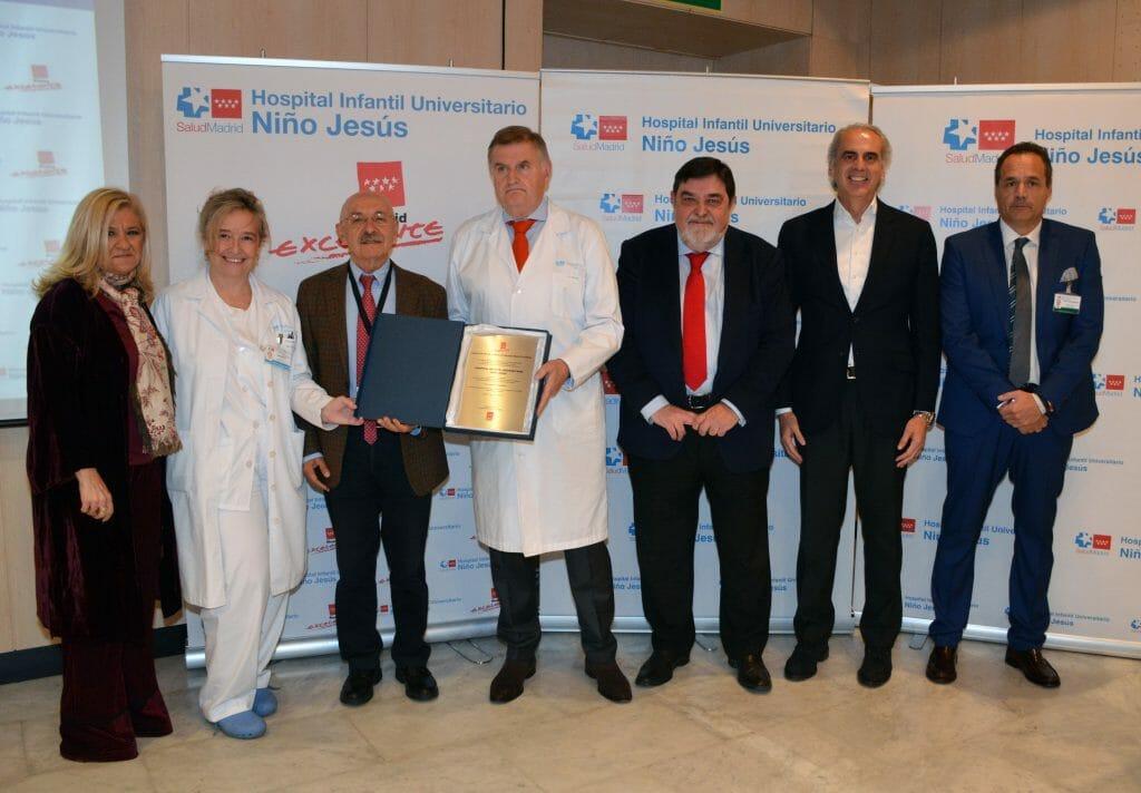 Madrid Excelente entrega su placa al Hospital Niño Jesús.