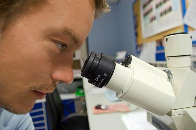 Un científico en un laboratorio.