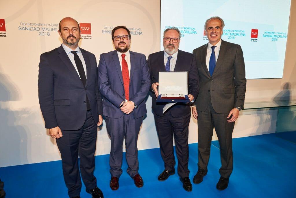 Juan Blanco y Sergio Blanco, de Consalud.es, en reciben un premio de la Comunidad de Madrid.
