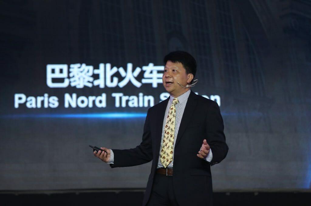 Guo Ping, presidente rotativo de Huawei, explica la pirámide de Maslow aplicada a la construcción de ciudades inteligentes.