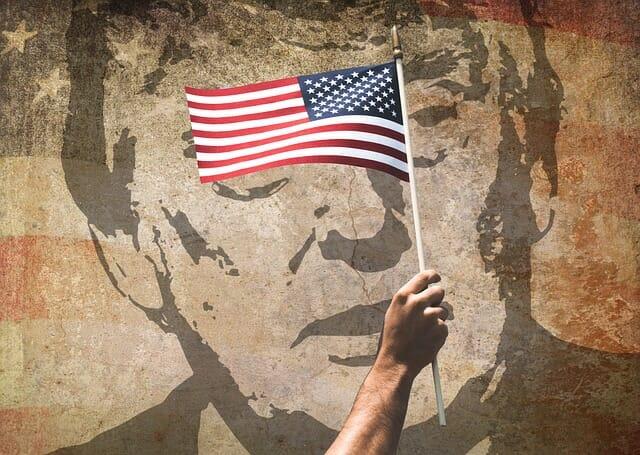 Donald Trump, de fondo tras una bandera de Estados Unidos.