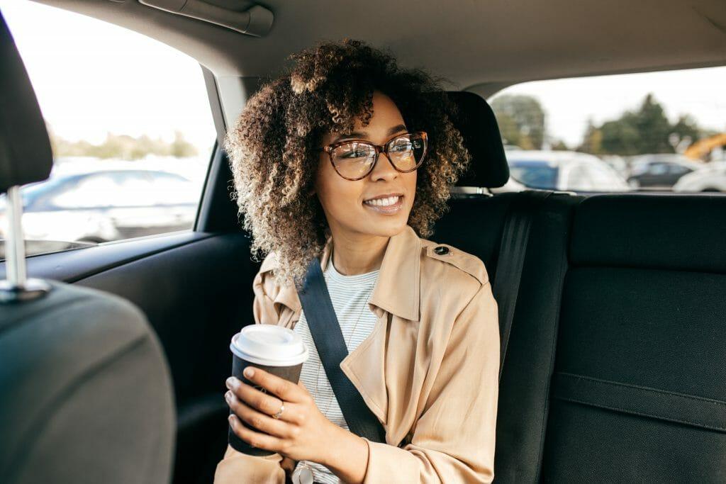Una usuario en el interior de un coche de Cabify.