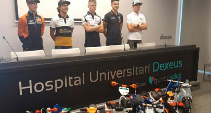 Pilotos de MotoGP dan calor a los niños de pediatría del Hospital Universitari Dexeus