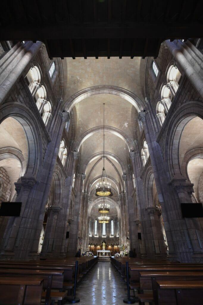 interior de la basilica de covadonga con iluminación LED alta eficiencia.