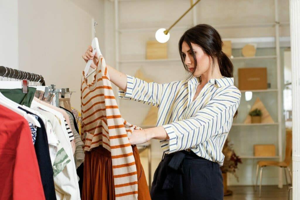 Personal shopper seleccionando prendas.