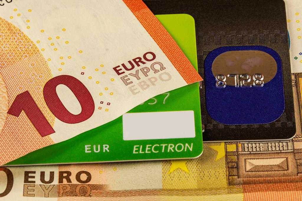 Las tarjetas están desbancando al dinero en metálico.