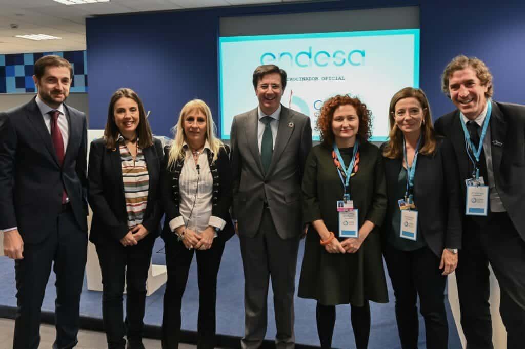 """Foto de grupo de los participantes en la Jornada """"Transición Justa- Hacia una economía baja en carbono"""", del programa oficial de COP25, celebrada en Endesa."""