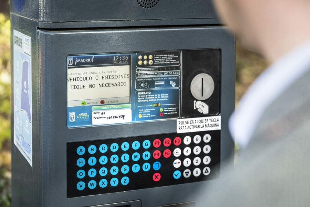 Un vehículo eléctrico puede aparcar gratuitamente en la ciudad.