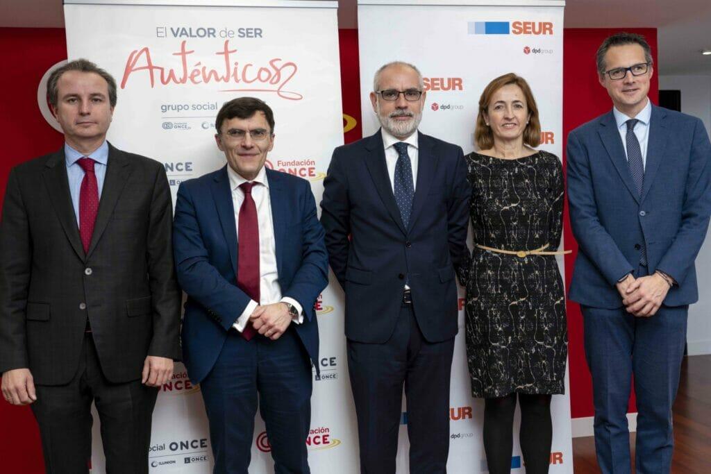Foto de familia del acuerdo entre la Fundación ONCE y SEUR