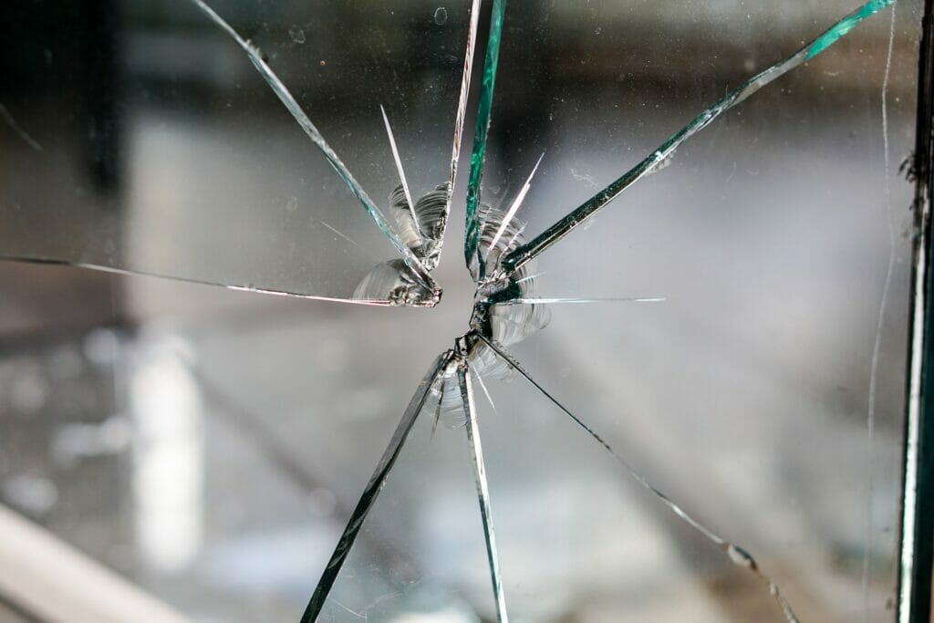 la rotura de cristales es de los siniestros más recurrentes en los comercios