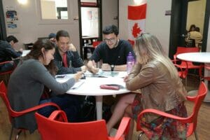 Alumnos en el extranjero aprendiendo un idioma