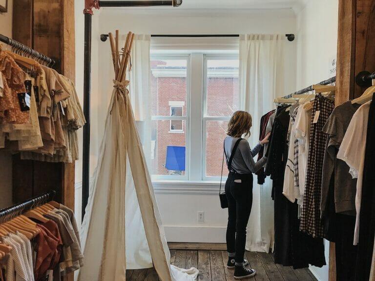 la CEC pide una reapertura escalonada de pequeñas tiendas