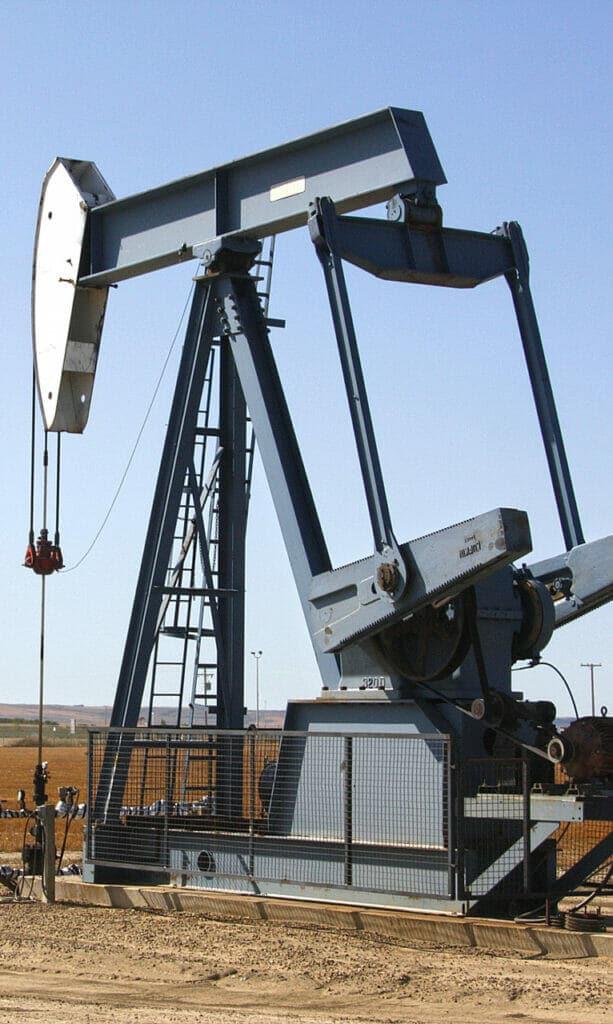 La OPEP acuerda reducir la producción de petróleo.