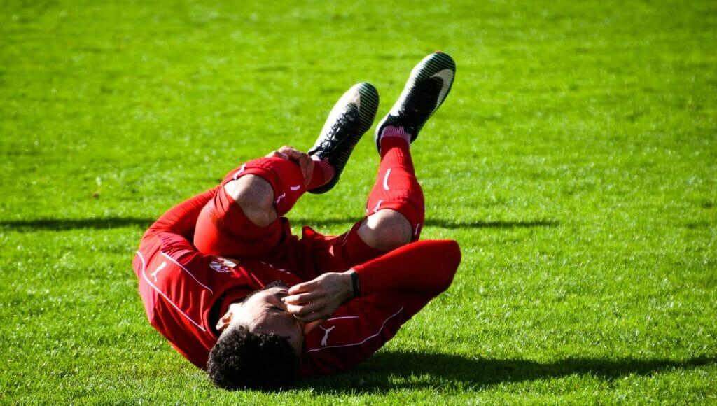 Calambre muscular en un jugador de futbol