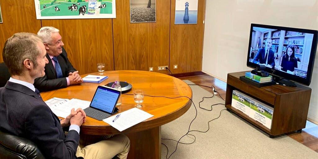 La Casa Real charlando con el sector ganadero de Central Lechera Asturiana