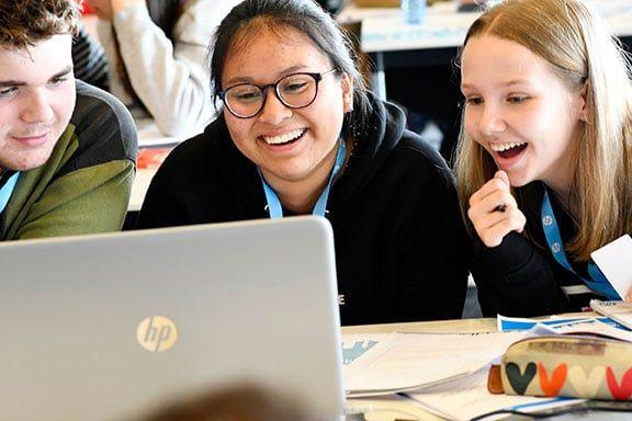 Estudiantes-durante-la-competición-HP-CodeWars-2019