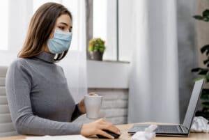 mujer teletrabajando en época de pandemia