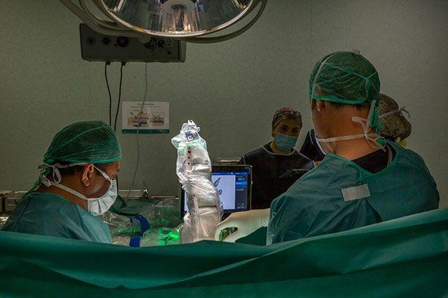 Cirujanos-de-Quirónsalud-Barcelona-con-robot-en-una-operación-de-columna